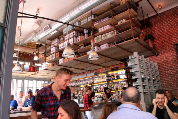Restaurant in Little Italy - tolle Lagerhaltung unter der Decke!