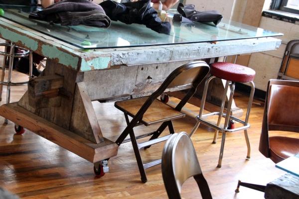 Tisch im Kaffeehaus der Brooklyn Roasting Company/Dumbo
