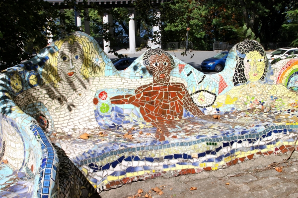 Mosaikbank vor der Riverside Church: in NYC leben viele Ethnien neben- und miteinander